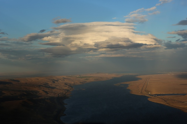 Exiting The Gorge and hoping to land at Pendleton, this cloud greeted me. I called ATIS - wind 35 knots  gusting to 45. Dust. I diverted.